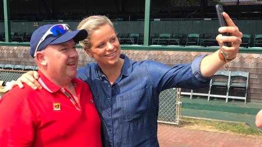 Que momento! Clijsters reencontrou-se com o famoso espectador de Wimbledon… no Hall of Fame!