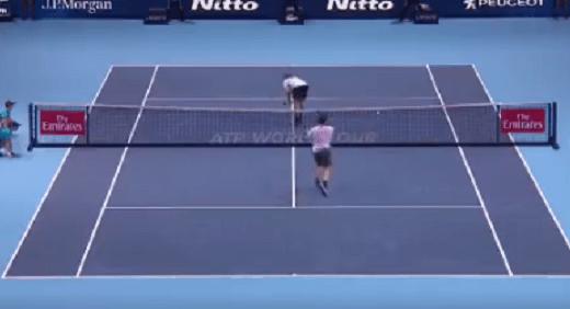 [VÍDEO] Sock virou o rabo a Federer e o suíço fez um dos disparates… da carreira!