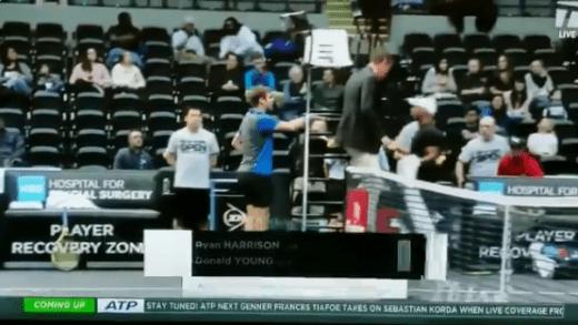 [VÍDEO]: Harrison e Young pegam-se em court e árbitro é obrigado a acalmar os ânimos