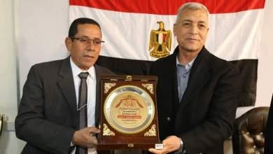 Photo of محافظ المنوفية يهدى درع المحافظة لمدير المالية لبلوغة المعاش