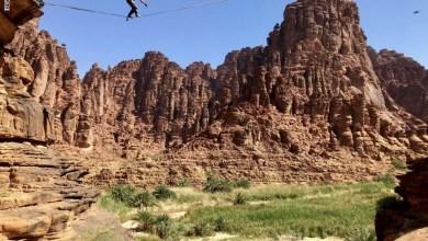 Photo of مغامر سعودي يمشي على حبل رفيع يربط بين جبلين شاهقين