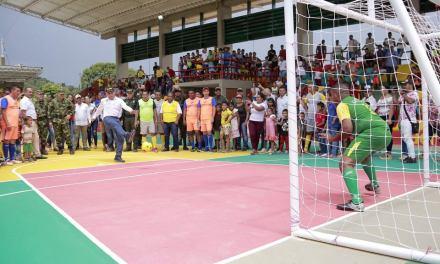 Entrega de mobiliario educativo y escenario deportivo en el sur de Bolívar