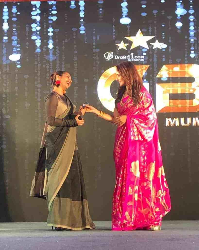 Apoorva Arora getting Award from Madhuri Dixit