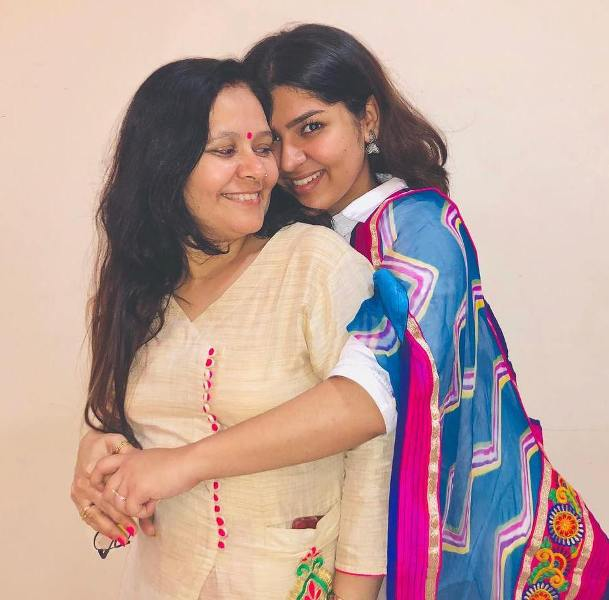 Nidhi-Bhanushali-with-her-mother
