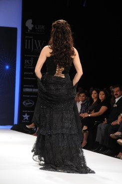 14 Dia Mirza in a Jashn Black Lace Lehenga & Duppata at IIJW 2012