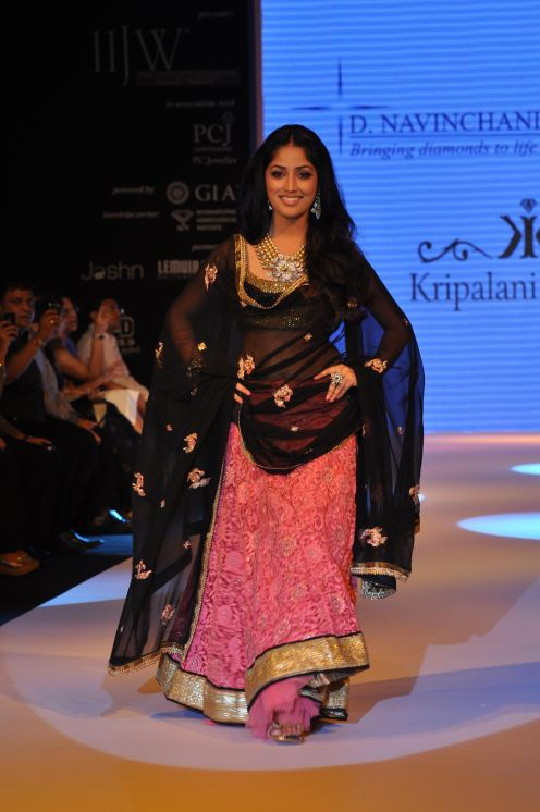22 Yami Gautam wearing Peach colored Lehenga with short choli with Black Georgette Dupatta at IIJW 2012