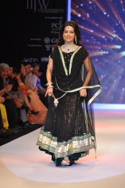 31 Juhi Chawla looked stunning in Jashn Black Net Lehenga & Georgette Kurti at IIJW 2012