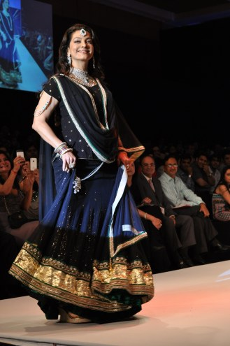 35 Juhi Chawla looked stunning in Jashn Black Net Lehenga & Georgette Kurti at IIJW 2012