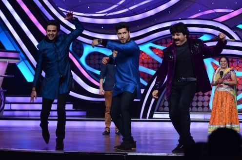 Mohit and Vikram shaking-s-leg with Arvind during their visit at Nach Baliye-5. Catch the trio shaking-a-leg on this Sunday at 9 Pm only on STAR Plu