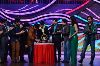 The Nach Baliye team cutting the cake that the Judges from MasterChef India Kitchen ke superstar got. Catch them at 9 pm on this Sunday at STAR Plus