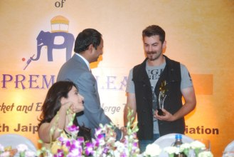Mr. Mahesh Chakankar giving momento to Neil Nitin Mukesh at the Launch of 'Jaipur Premier League' Season-2