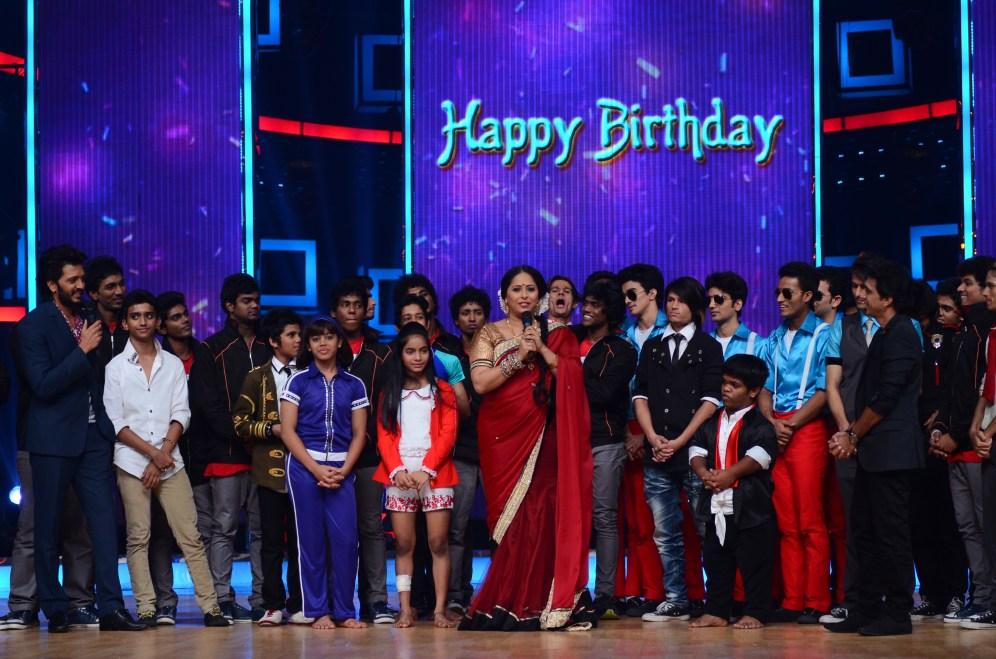 Geeta Kapoor celebrating her birthday with the contestants (1)