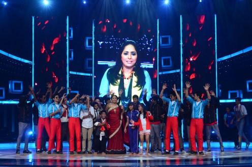 Geeta Kapoor celebrating her birthday with the contestants (2)