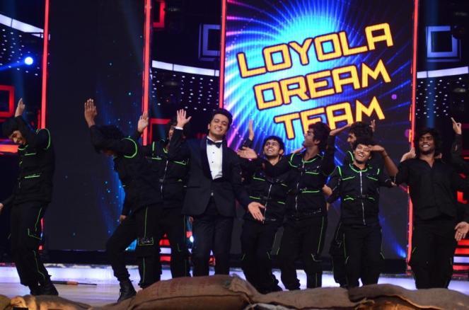 Judge Riteish Deshmukh dancing along with IDS group Loyola Dream Team
