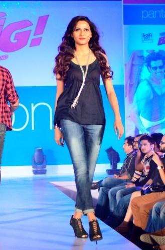 02-Model walking@launch of Bang Bang inspired Pantaloons Collection