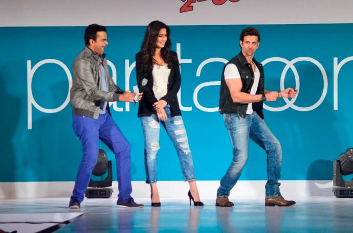07-Hrithik Roshan & Katrina Kaif with Siddharth Kannan shaking their legs@launch of Bang Bang inspired Pantaloons Collection