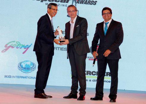 Tarun Rai (CEO, WWM) & Girish Karkera (Editor, TopGear Magazine, India)presenting Supercar of the Year Award to Lamborghini Huracan