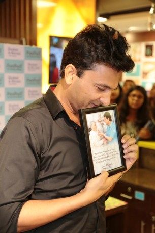 Chef Vikas admiring the gift received from Foodhall customer