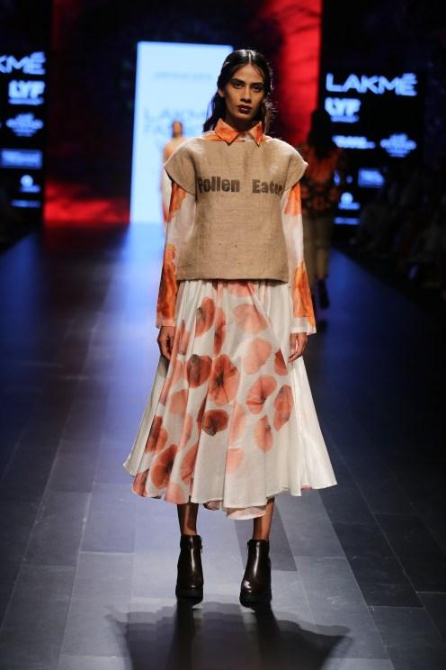 03.Model walking for Designer Aartivijay Gupta @Lakme Fashion Week Winter-Festive 2016