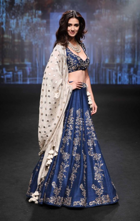 showstopper-disha-patani-for-jayanti-reddy-at-lfw-sr-17-2