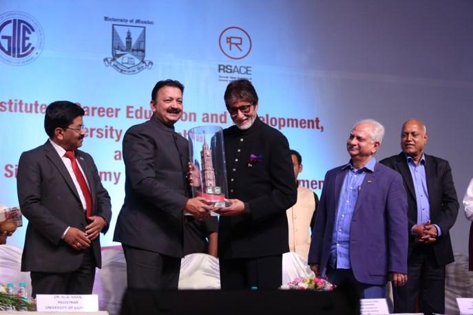 Vice Chancellor Sanjay Deshmukh presenting Amitabh Bachchan A token from the University of Mumbai