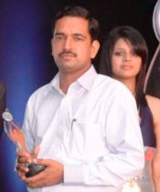 Sonu Tyagi receivng Award