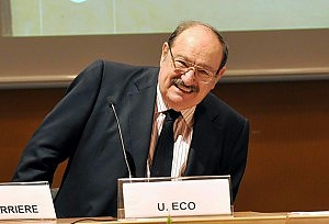 """Eco, anatema contro il governo """"Una barbarie colpire la cultura"""""""