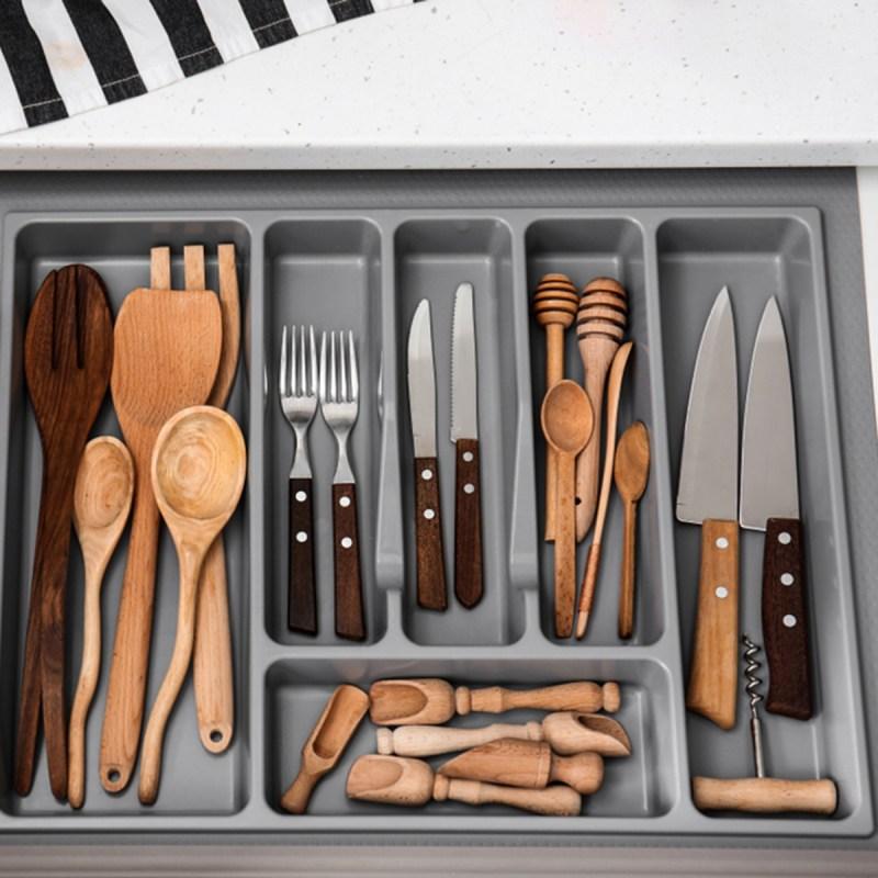organized utensils shutterstock 1195622746 - 13 maneiras inteligentes de limpar e organizar seus armários
