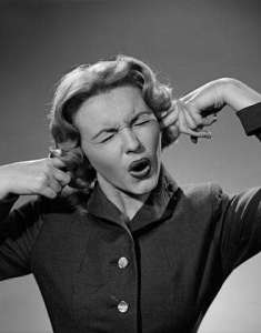 mulher_tapando_ouvidos