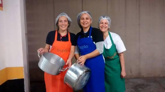"""Bárbara (de laranja) , Vania (de azul) e Iria, as """"três mosqueteiras das panelas"""""""