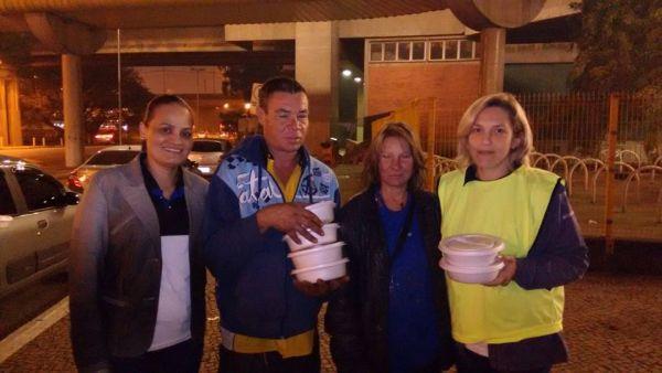 Sandra Silva (esquerda) e Bárbara (direita) com dois moradores de rua