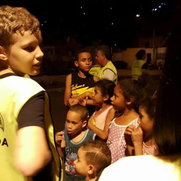 Bruno, filho da Bárbara, ajuda nos trabalhos