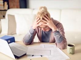 Mulher com dívidas