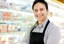 portrait-shopkeeper-his-store repositor y cajero para supermercado