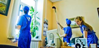 personal de limpieza trabajador de limpieza den grupo_edited