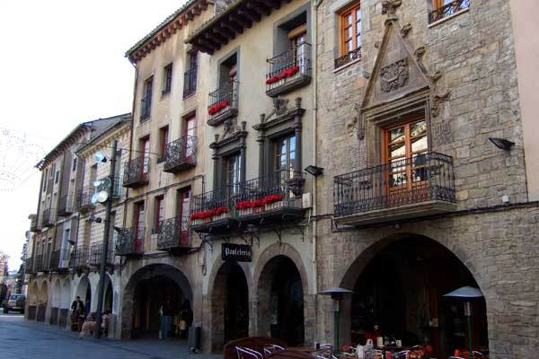 Sitios imprescindibles para visitar si reservas hotel en Jaca centro