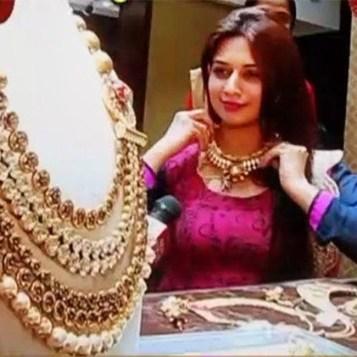 divyanka-tripathi-tries-necklace-during-wedding-jewellery-shopping-201606-1465970601