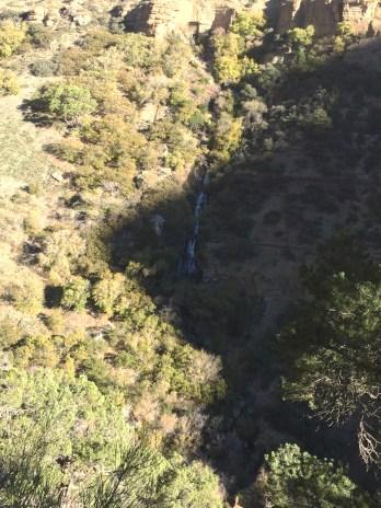 咆哮泉的瀑布。很远就能听到它的声音