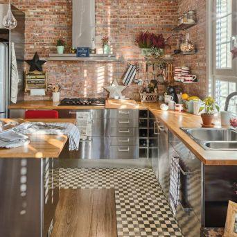 Une cuisine moderne avec le charme de la pierre et quelques pointes de couleurs pour apporter du pep's