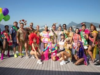 A turma de famosos reunida posando para fotos com a vista incrível do rooftop do PSDU Créditos: divulgação/Felipe Panfili