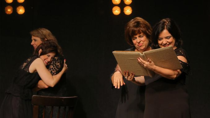 A obra do norte-americano Tracy Letts é vencedora dos prêmios Pulitzer de Melhor Drama e Tony de Melhor Texto. A montagem brasileira obteve 21 indicações em premiações, sendo vencedora de 7 prêmios.
