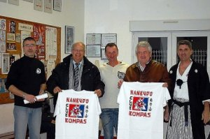 Jean-Louis Magnac et Jean Sol recevant le tee-shirt du club. PHOTO/© D.R