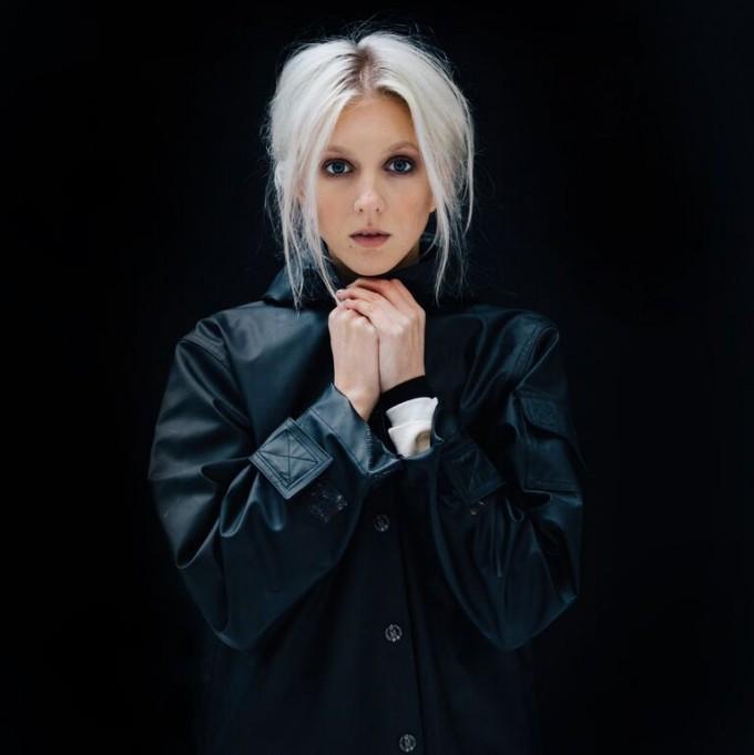 Britney chillar i skargarden