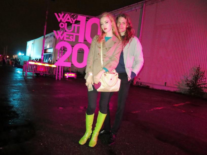 Emma Veronica och Noa kom på blixtvisit till Göteborg under fredagskvällen. Undra varför de hade en stor skylt det stod 2010 på?