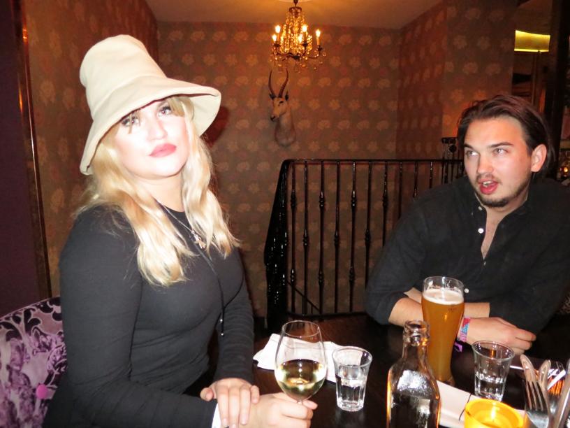 Vi åt middag på resturangen Miss Sophies på avenyn, det var megagott och så trevligt att avnjuta en stillsam middag i goda vänners lag, på denna bild ser man Tone och Sebastian.