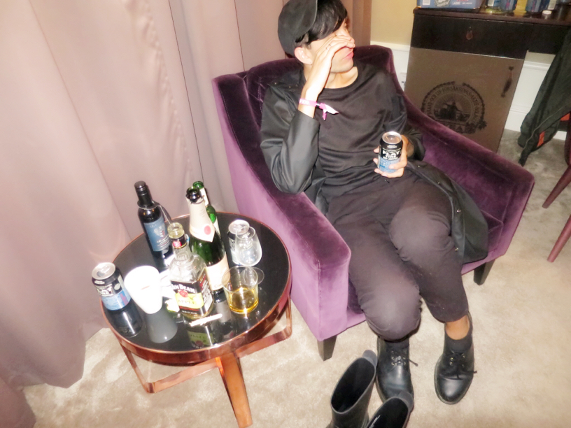En söt kille vid namn Marcus i The Libertines hotellrum.