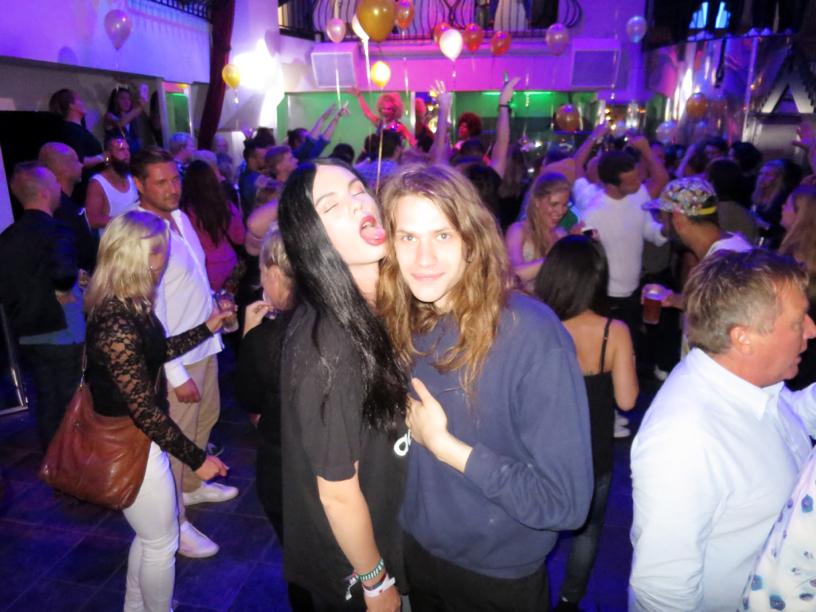 """Sen gick vi på Gretas, som är ett av Sveriges äldsta gayetablissemang! Där verkade ingen ha en aning om att Way Out West pågick, eller att det ens var nutid, för det var twinks i croptop, drag queens i fjäderboa och DJ:n spelade """"What Is Love?"""" med Haddaway. Med andra ord; Det var underbart!"""