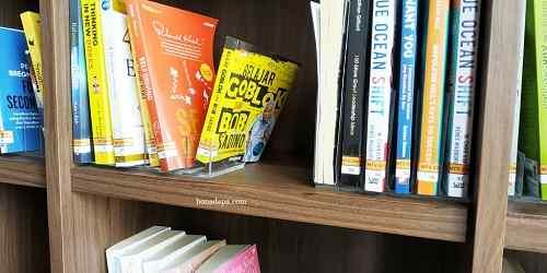 Perpustakaan hotel senyum world Batu Malang