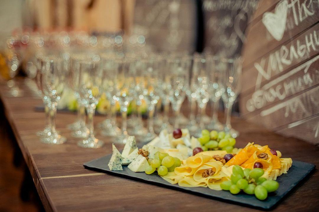 Сырная тарелка и бокалы