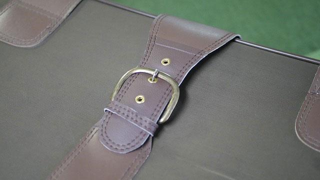 (旅行トランク)キャリーバッグの切れたベルト部分を新たに作製したベルトと繋ぐ